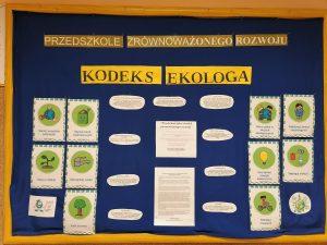 """Tablica z napisem """"Kodeks ekologa"""", która prezentuje zasady szanowania środowiska."""